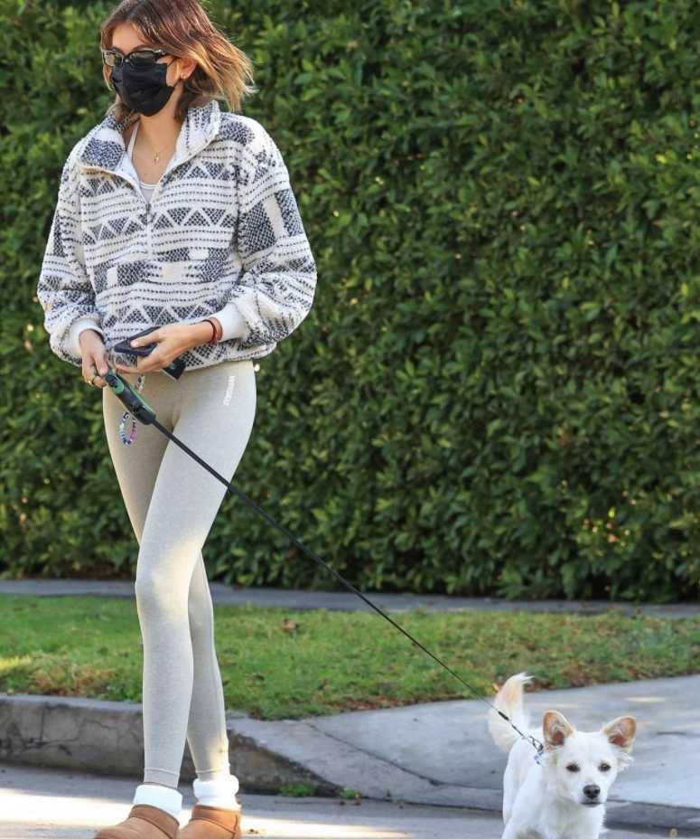 Кайя Гербер на прогулке с собакой (13)