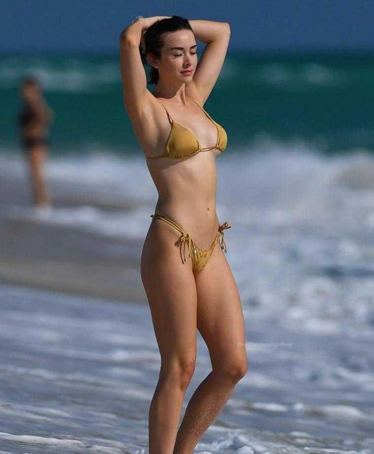 сексуальная модель Claudia Bouza в золотом купальнике (1)