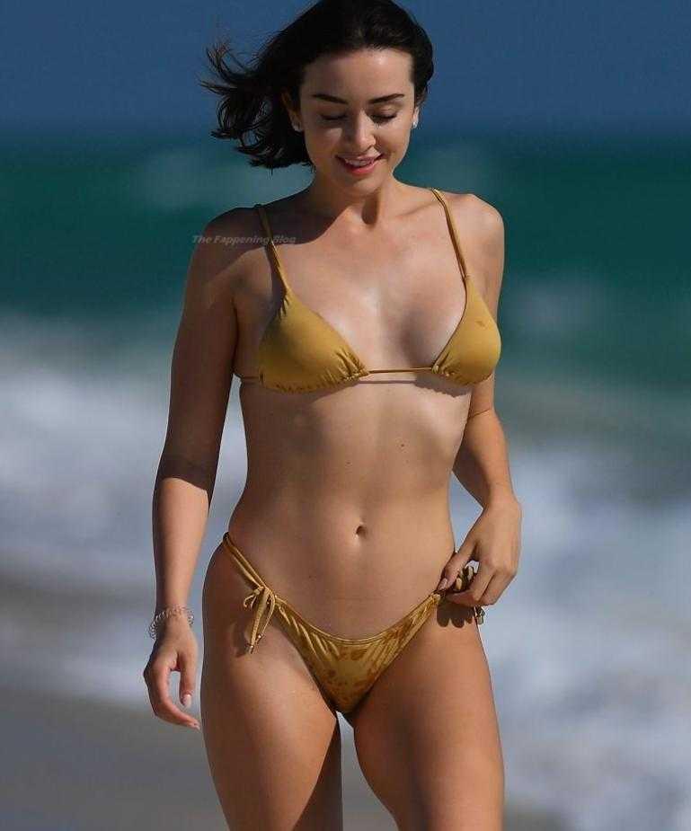 сексуальная модель Claudia Bouza в золотом купальнике (10)