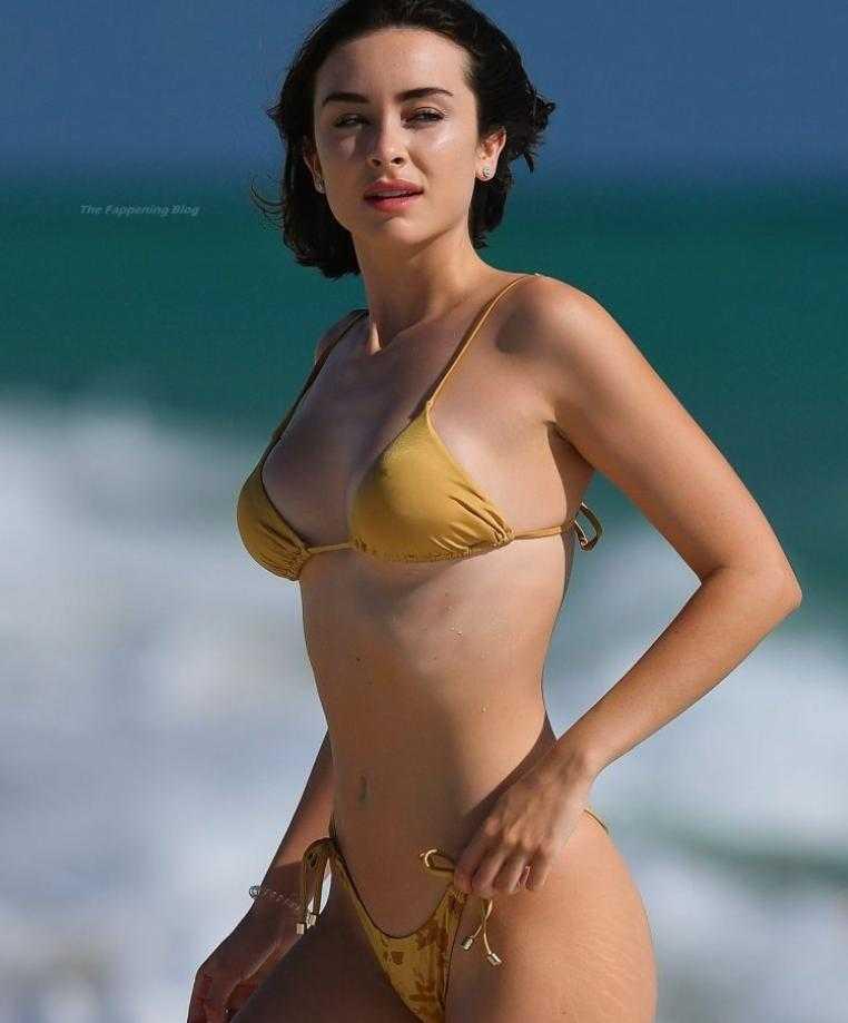 сексуальная модель Claudia Bouza в золотом купальнике (12)
