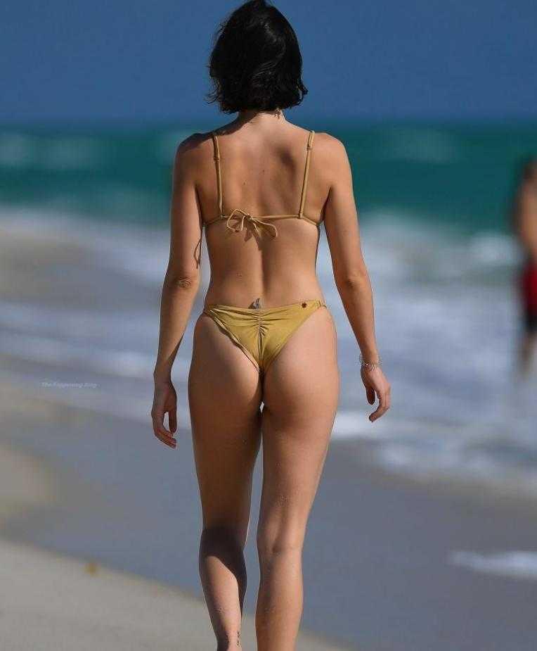 сексуальная модель Claudia Bouza в золотом купальнике (2)