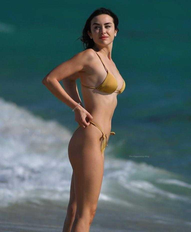 сексуальная модель Claudia Bouza в золотом купальнике (3)