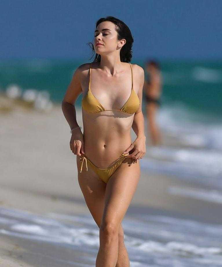 сексуальная модель Claudia Bouza в золотом купальнике (4)