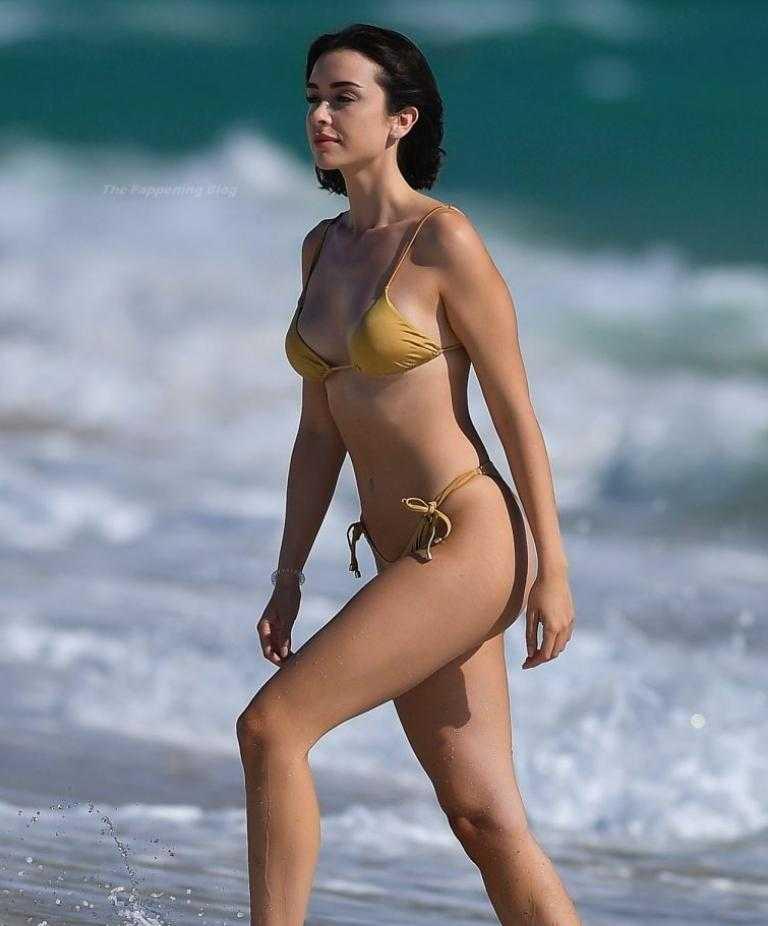 сексуальная модель Claudia Bouza в золотом купальнике (5)
