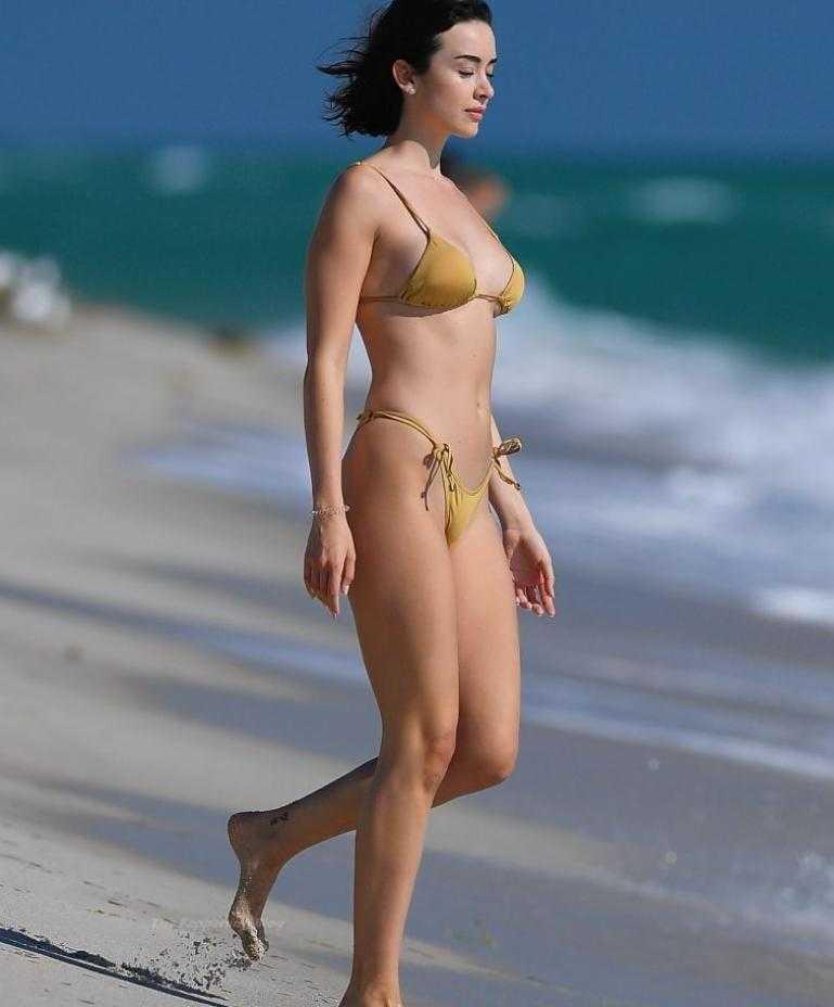 сексуальная модель Claudia Bouza в золотом купальнике (8)