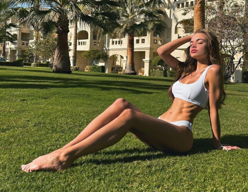 Аня Ищук в купальнике (8)
